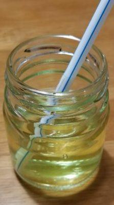 小瓶の人工海水に薬品が溶かしてある